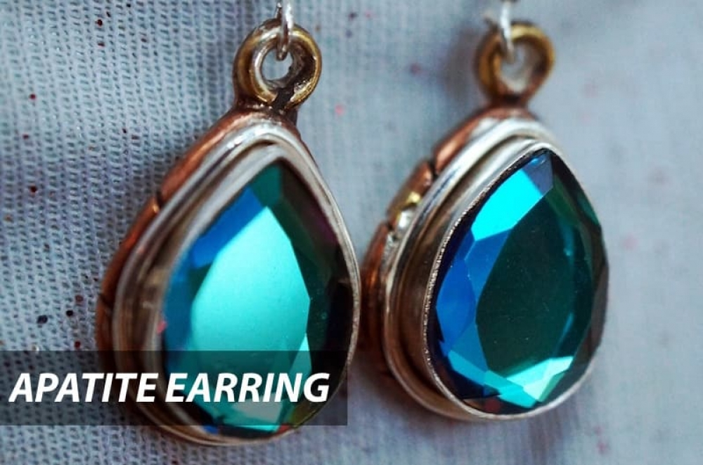 What a beautiful blue color. This apatite earring is both modern and simple, suitable for young at heart.